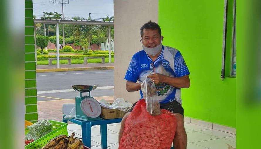Reconocido artista Cocolito se dedica a vender verduras ante la suspensión de shows por cuarentena