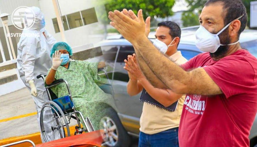 Salvadoreños se detienen a aplaudir frente al Hospital El Salvador