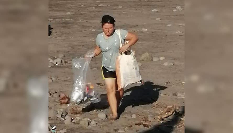 ¡Sorprendente! Salvadoreña recoge basura de los turistas en la playa El Sunzal, La Libertad